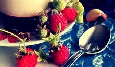 Lekki deser jogurtowo-truskawkowy