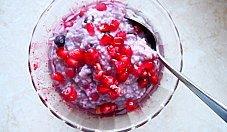 Kasza jaglana z czerwonymi owocami