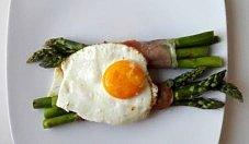Szparagi w szynce parmeńskiej z jajkiem