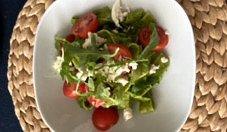 Makaron z pesto z rukoli i pomidorkami